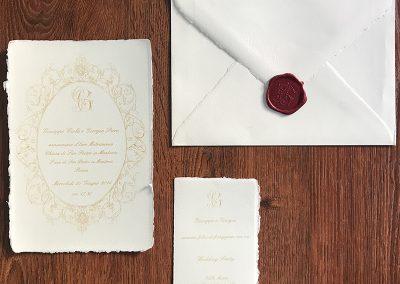 Partecipazione di Matrimonio cartoncino grande singolo colore avorio 15,5x21 cm gr.300. Orientamento di stampa sia orizzontale che verticale. Busta 16x23 di colore avorio di colore avorio con bordo interno pre-collato. La filigrana è visibile sul lembo della busta. Ceralacca Rossa.