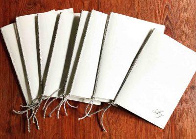 Libretti per Messa cartoncino doppio avorio. Apertura a libro con orientamento di stampa verticale. Dimensioni 20x15 cm chiuso, disponibile anche in versione piccolo 12x18 cm chiuso. La filigrana mostra impresso nella carta il nome della cartiera. Le grafiche in copertina e all'interno sono totalmente personalizzabili. Disponibile in versione in Carta Amalfi o in carta Tintoretto.