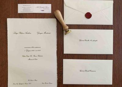 Partecipazione di Matrimonio foglio formato A4 21,5x30,5 cm gr.200 di colore avorio. La filigrana riproduce lo stemma di Amalfi con la scritta Amalfi. Busta 11x22 cm di colore avorio con bordo interno pre-collato. Ceralacca rossa.
