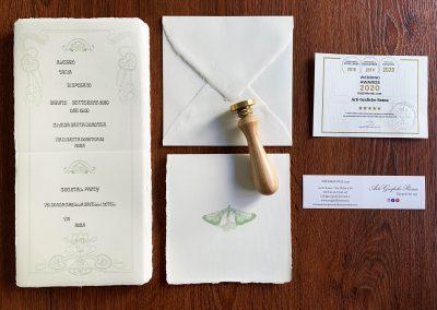 Partecipazione di Matrimonio quadrata colore avorio. Dimensioni 15,5x15,5 cm chiusa, aperta 31x15,5 cm. Apertura a libro con orientamento di stampa sia orizzontale che verticale. Si apre a libro e la filigrana mostra impresso nella carta il nome della cartiera. Disponibile anche nel colore avorio rosato. Busta 16x16 cm di colore avorio con bordo interno pre-collato. La filigrana è visibile sul lembo della busta. Disponibile anche nel colore avorio rosato.