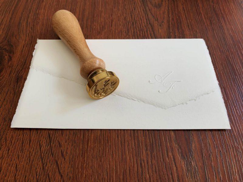 Partecipazione in carta di Amalfi con chiusura in tre parti. Dimensioni 18,5x30 cm aperta e chiusa circa cm.18,5x11 gr. 200 circa. La filigrana presenta lo stemma di Amalfi. Necessita del sigillo in ceralacca per la chiusura o a Partecipazione in carta di Amalfi con chiusura in tre parti. Dimensioni 18,5x30 cm aperta e chiusa 18,5x11 cm gr. 200 circa. La filigrana presenta lo stemma di Amalfi. Necessita del sigillo in ceralacca per la chiusura o a scelta delle Buste. Può essere spedita normalmente a mezzo posta con e senza buste. Disponibile nei colori avorio, avorio rosato, pesca, grigio perla. Dimensioni busta 11,5 x 19,5 cm 150 g/mq. Perfetta per il modello 3 ante (disponibile in colore avorio, marrone e blu) con pattina dritta e bordo pre-collato. Stampa di Iniziali a secco