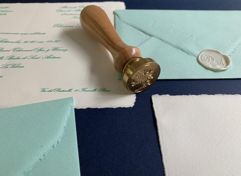 Partecipazioni di Matrimonio 12x18 cm. Busta Tiffany e Amalfi Avorio con Ceralacca Bianco Perla.